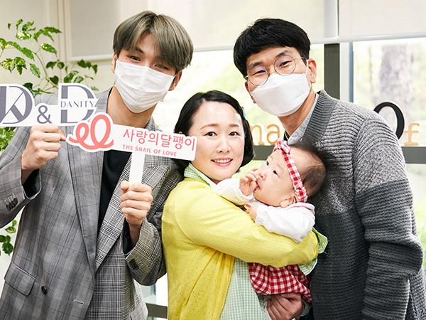 Manisnya Pertemuan Kang Daniel dan Bayi Pertama Penerima Implan Koklea dari Donasinya