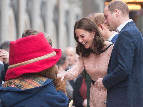 Gemas, Begini Gaya Kate Middleton Dansa Bareng 'Beruang' di Stasiun Kereta Api
