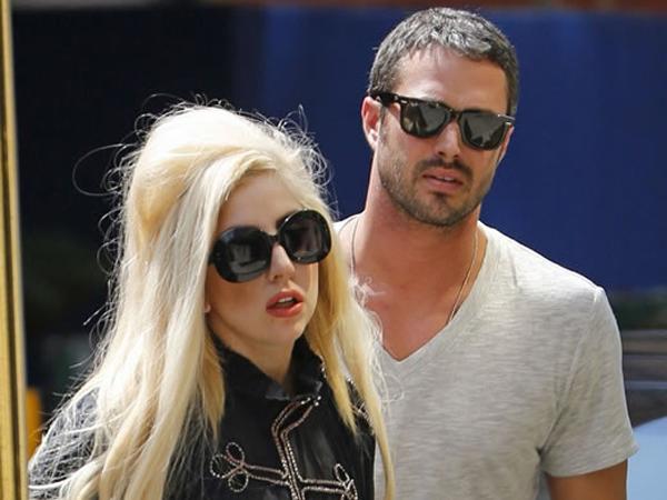 Lady Gaga Berencana Menikah dengan Taylor Kinney di Luar Angkasa?