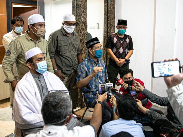 Kejanggalan Bentrok Polisi di Tol dengan Simpatisan Habib Rizieq Versi FPI