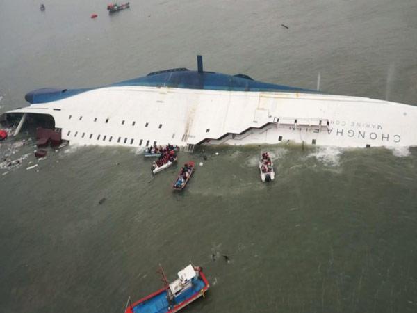9 Jenazah Masih Hilang, Keluarga Korban Minta Kapal Feri Sewol Diangkut dari dalam Laut