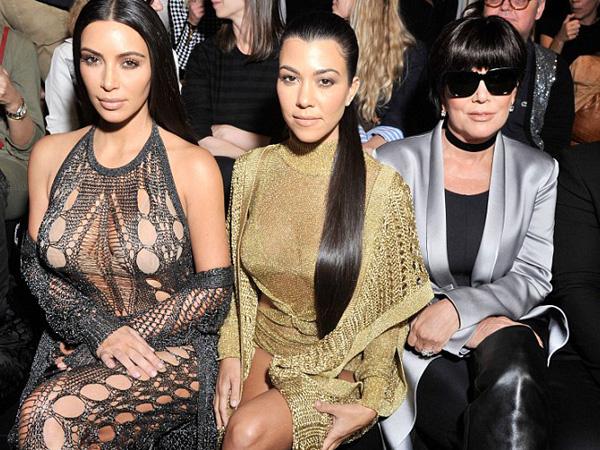 Duduk di Front Row, Keluarga Kardashian Jadi Sorotan di Balmain Show Paris Fashion Week