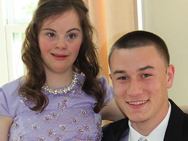 So Sweet, Pemuda Ini Tepati Janji Menjadi Pasangan Prom Sahabatnya yang Menderita Down Syndrome!