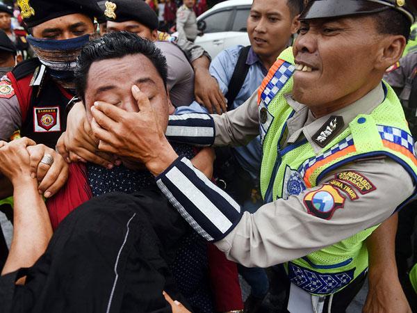 Momen-momen Mahasiswa Demo Ricuh Menentang UU MD3 di Berbagai Daerah