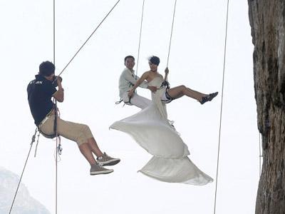 Usai Menikah, Pasangan Ini Malah Sibuk Panjat Tebing