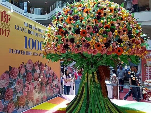 Cantiknya Buket Bunga Raksasa dari Roti Kering yang Hiasi Salah Satu Mal di Semarang Ini