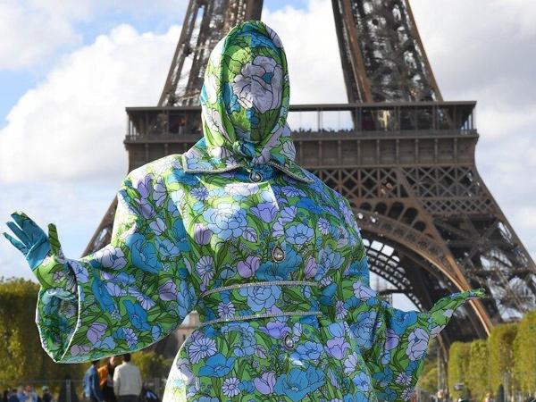Tampil Unik Serba Tertutup di Paris Fashion Week, Cardi B Tuai Kecaman