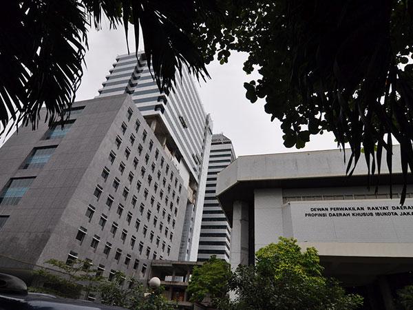 Gedung Baru DPRD DKI Senilai Rp 500 Miliar Rusak dan Bahayakan Pejalan Kaki