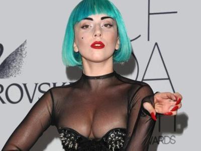 Upss, Lady Gaga Beri Tandatangan di Dada Fans Wanitanya