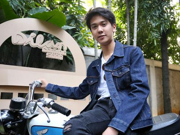 Penampilan Ganteng Iqbaal CJR Saat Syuting Perdana Film 'Dilan'