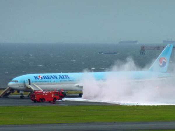Pesawat Korsel Berasap di Bandara Tersibuk Dunia, Ratusan Penumpang Dievakuasi