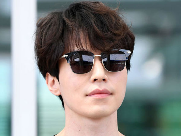 Gaya Casual Monokrom Lee Dong Wook Saat Terbang Menuju Jakarta