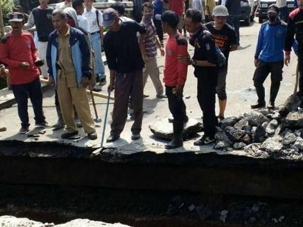 Jembatan Tiba-Tiba Amblas Buat Akses Jalan Margonda Depok Terputus