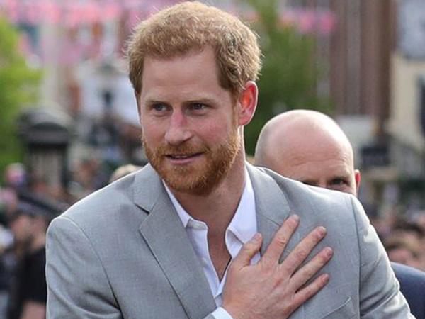 Penampilan Pangeran Harry Berubah Jadi Santa Claus, Hibur Anak-Anak Yatim