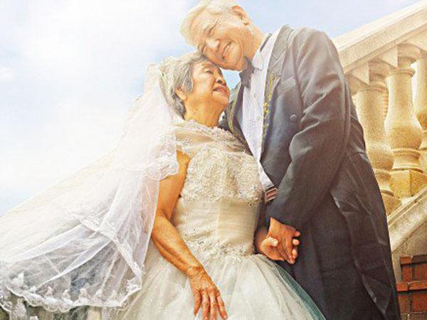 So Sweet, Pasangan Lansia Gunakan Konsep 'Descendants of the Sun' Untuk Pesta Pernikahannya!
