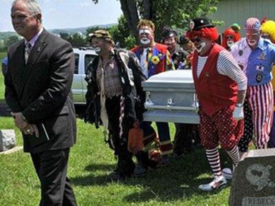 Untuk Hormati Teman Kerja, Para Badut Iringi Upacara Pemakaman