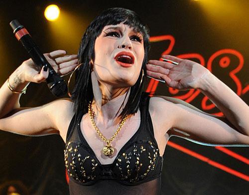 Cedera Kaki, Jessie J Butuh Orang Lain