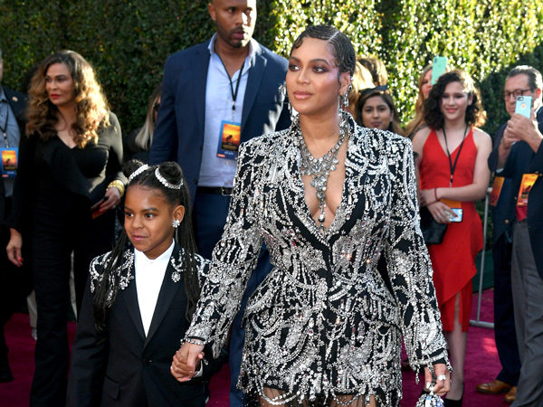 Beyonce dan Putrinya Tampil Kompak Bertabur Kristal di Premiere Film The Lion King