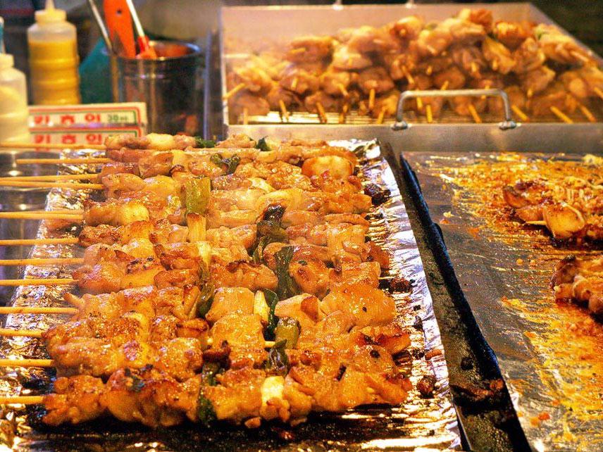Tidak Hanya di Myeongdong, Tempat Ini Juga Miliki Street Food Menggugah yang Murah