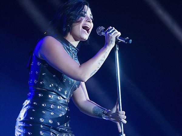 Nyanyikan Lagu 'Hello' Milik Adele, Demi Lovato Tuai Banyak Pujian