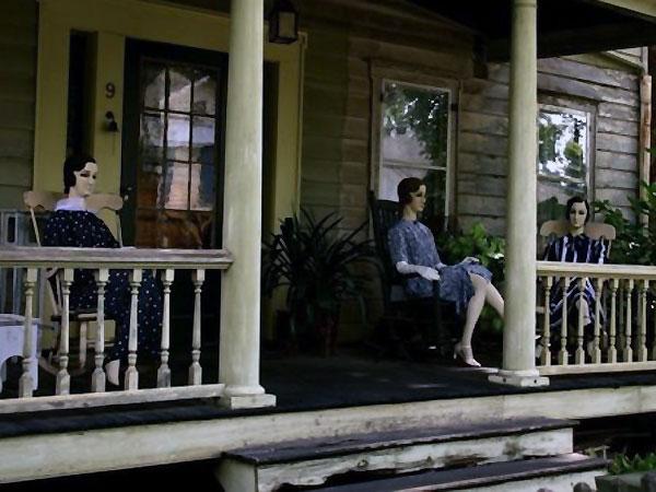 Hiiii, Rumah Ini Dihuni Oleh Manekin Hidup?