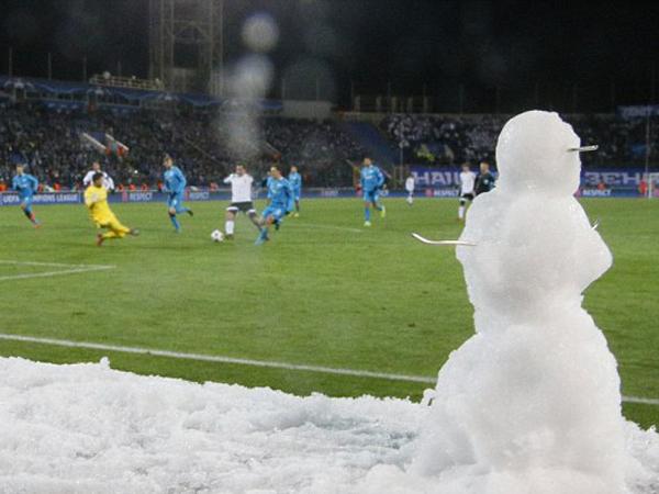 Musim Dingin, 'Manusia Salju' Ikut Saksikan Pertandingan Liga Champions