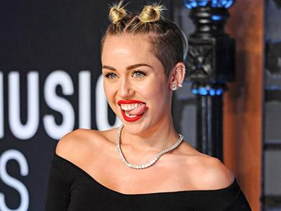 Miley Cyrus Ungkap Makna Di Balik Video Kontroversial 'Wrecking Ball'