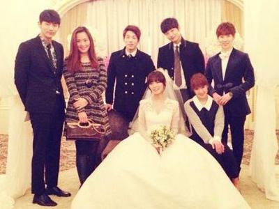 Jo Kwon 2AM dan Joo Pamer Foto Bersama di Pernikahan Sunye