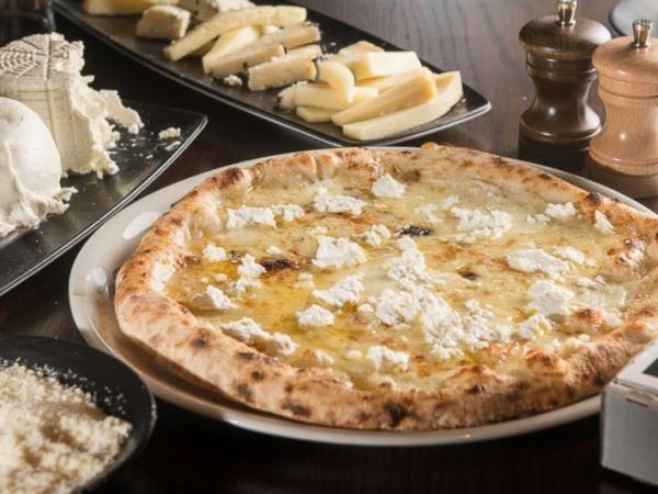 Wow, Pizza Ini Terbuat Dari 99 Jenis Keju!