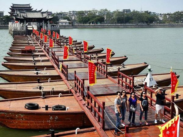 Unik, Pengunjung Harus Melompati Kapal-Kapal Untuk Lewati Jembatan Apung Ini!