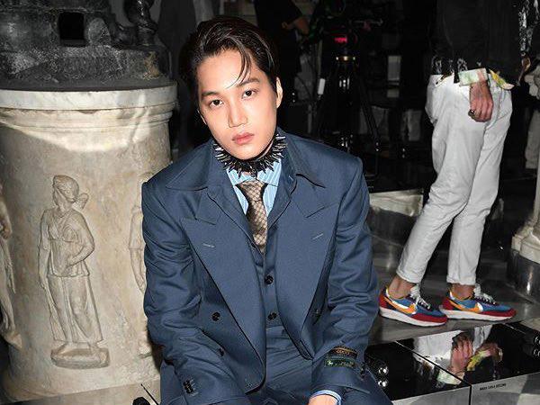 Kai EXO Tampil Chic nan Nyentrik di Acara Gucci Cruise 2020 Italia, Choker Bikin Salah Fokus