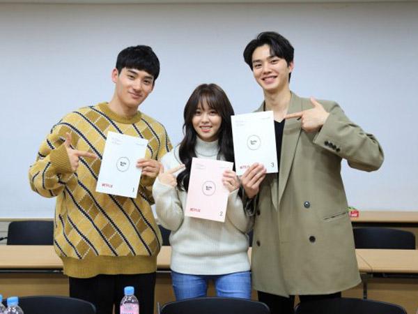 Kim So Hyun, Song Kang, dan Jung Ga Ram Reuni untuk Diskusi Naskah 'Love Alarm 2'