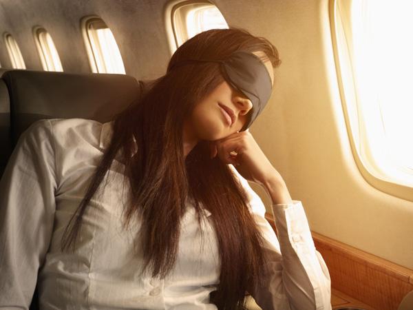 Simak Tips Tidur Nyenyak di Pesawat Saat Travelling