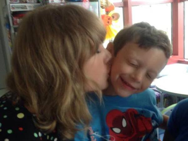 Fans Kecil Taylor Swift Ini Mendapat Hadiah Ciuman Dari Idolanya