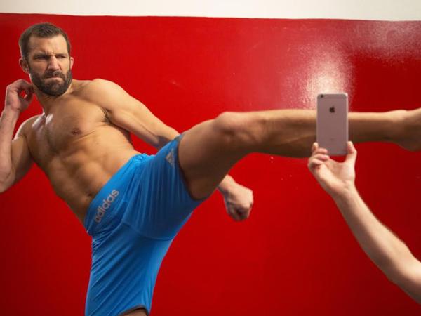 Ini Jadinya Jika Pegulat UFC Uji Ketahanan Fisik iPhone 6S