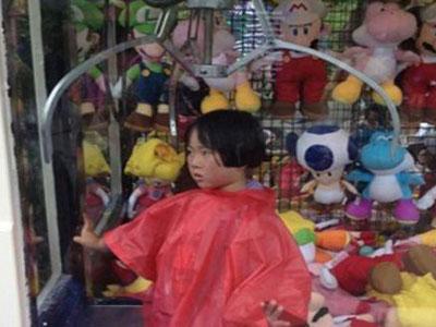 Bocah Ini Terjebak di Mesin Mainan Boneka