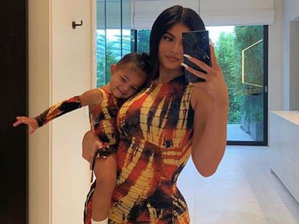 Putri Kylie Jenner Debut Jadi Model Cover Majalah Terkenal di Usia Setahun