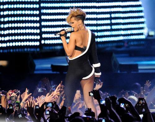 Rihanna Batalkan Konser Lagi di Swedia
