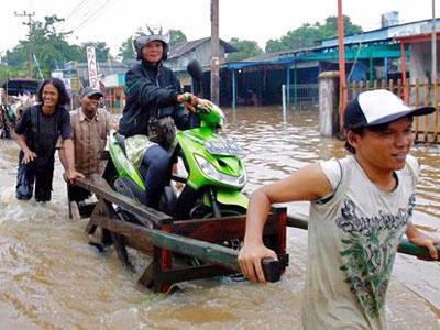 Ribuan Warga Jakarta Terpaksa Mengungsi Akibat Banjir