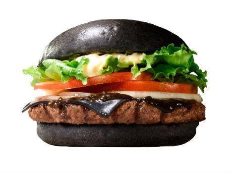 Tak Hanya Roti, Keju dan Saus Burger ini Juga Berwarna Hitam!