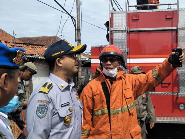 Gubernur Anies Baswedan Bersikeras Masuk ke Gedung Museum Bahari yang Terbakar