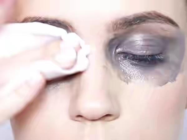 Hindari Masalah Kulit, Jangan Lewatkan 3 Hal Penting Ini Saat Membersihkan Make Up!