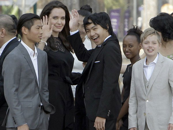 Berkunjung ke Kamboja, Angelina Jolie dan Anak-anaknya Makan Kalajengking dan Tarantula
