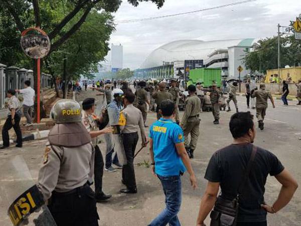 Video Kepanikan Dari Bentrokan Massal LSM dan Ormas di Bekasi