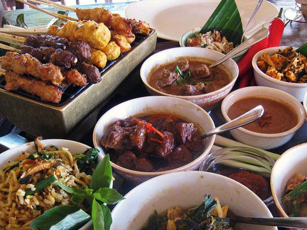 Bahaya Makan Berlebihan Saat Buka Puasa, Simak Cara Menyiasatinya