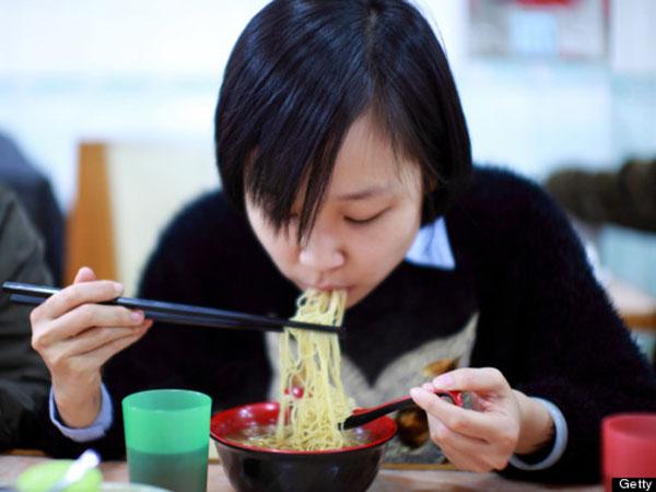 Hindari Konsumsi Makanan Ini Agar Perut Tetap Nyaman Saat Berpuasa