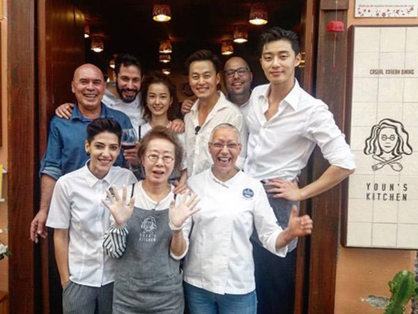 Gantengnya Park Seo Joon Jadi Pelayan Berseragam Putih di Foto Bocoran 'Youn's Kitchen: Season 2'
