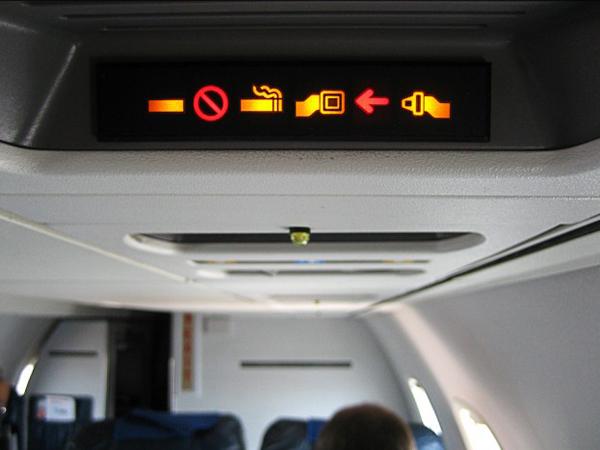 Dilarang Merokok, Apa Alasan Asbak Masih Ada di Dalam Pesawat?