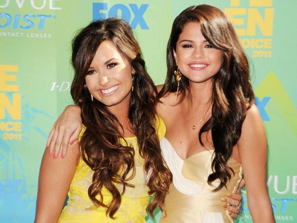 Setelah Sempat Bertengkar, Demi Lovato Kini Bela Selena Gomez?