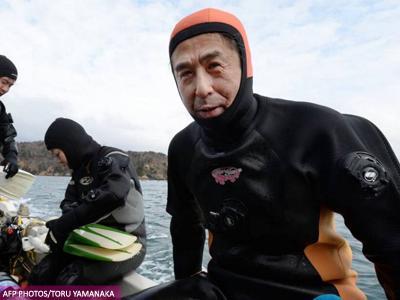 Tiga Tahun Tsunami Jepang Berlalu, Suami Ini Masih Rela Nyelam Untuk Cari Sang Istri